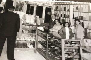 Σπάνια φωτογραφία του μαγαζιού το 1950 περίπου με τον παππού μας Πάνο Μπαρμπόπουλο και τις κόρες του Ουρανιά και Αννα από αριστερά προς τα δεξιά.